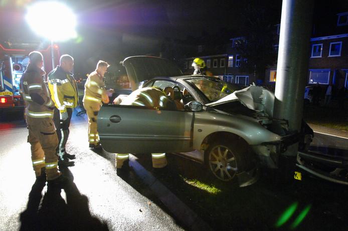 De auto botste met hoge snelheid tegen de trolleymast.