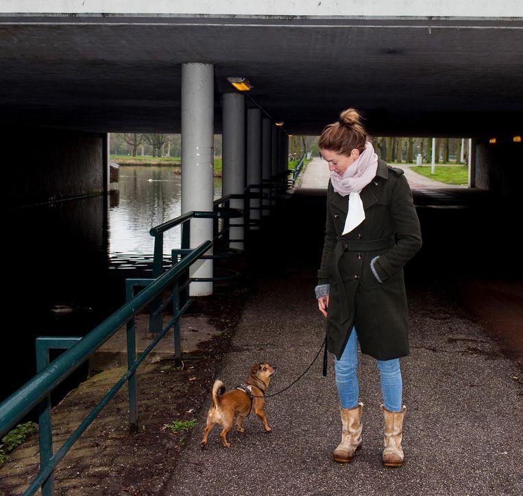 Laura van der Haar en haar hond Takkie. Beeld Renate Beense