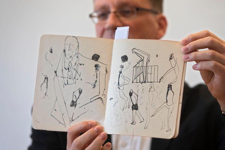 Een medewerker van de Nationale Bibliotheek van Israël toont tekeningen van de Duitstalige schrijver Franz Kafka. De bibliotheek heeft een pakket voorheen onbekende manuscripten van Kafka verkregen uit de nalatenschap van zijn vertrouweling Max Brod. Gisteren kwamen de stukken aan uit Zwitserland.  Beeld AP
