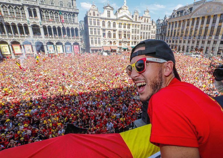 Eden Hazard geniet van de sfeer op de Brusselse markt.