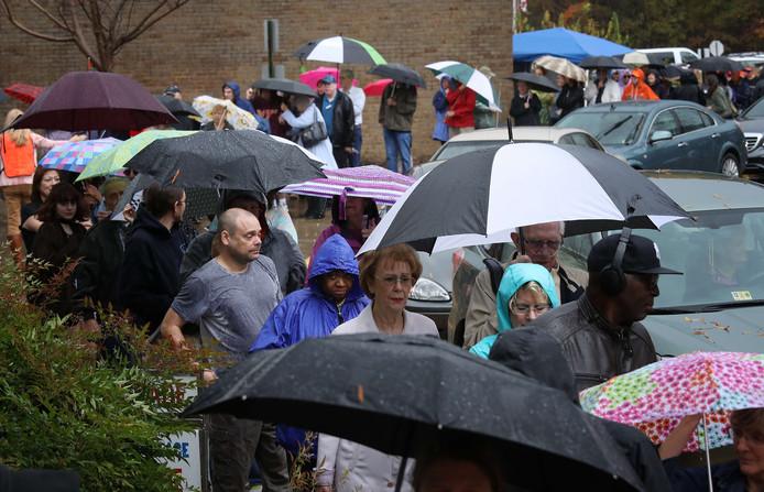 Stemmers in Richmond, Virginia staan in de stromende regen in de rij te wachten