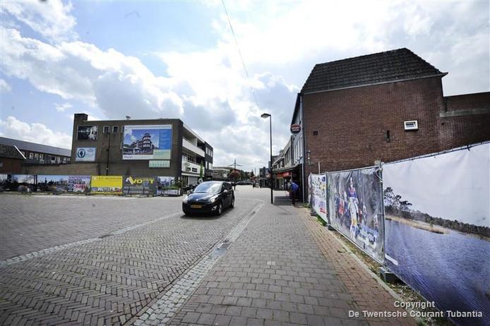 Zo ligt de Markt in Haaksbergen er al jaren bij: rechts het 'gat in de Markt' waarover de gemeente nu met één partij in gesprek is. Links de voormalige locatie Pathoni.
