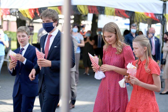 À Alken, les enfants du roi Philippe et de la reine Mathilde ont dégusté un paquet de frites.