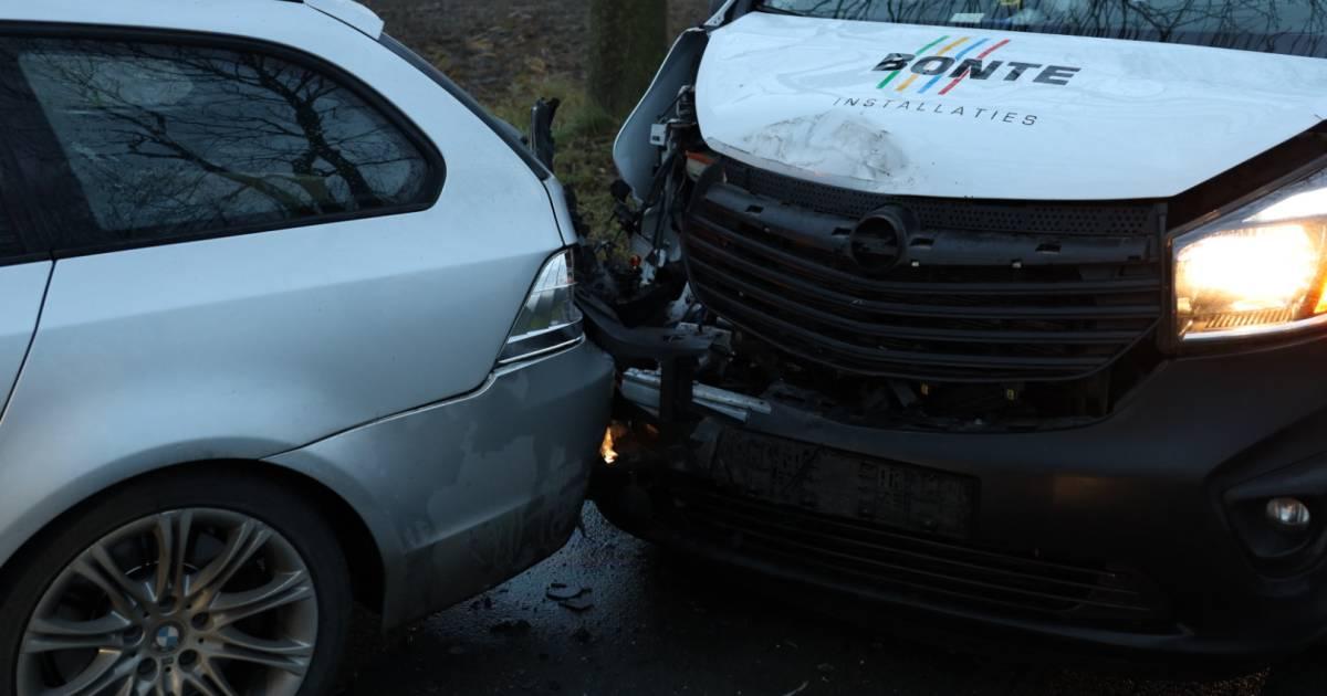 Vrouw en meisje lichtgewond na ongeluk tussen busje en auto in Almkerk.