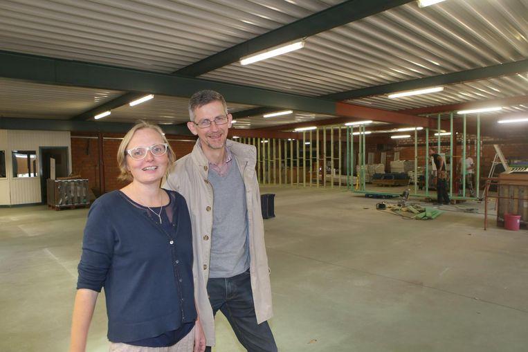Liesbeth Vanderloock en Paul Stessens van De Kringwinkel in de nieuwe locatie in de Minderbroedersstraat.