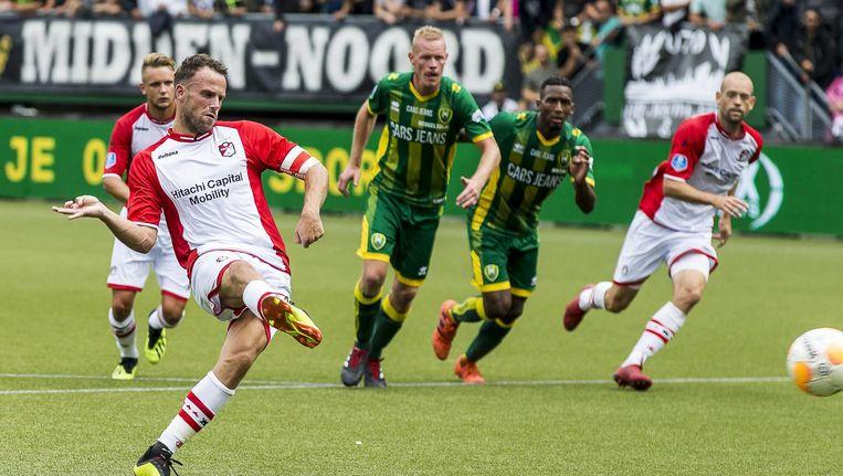 Marco Jansen (op de voorgrond), middenvelder FC Emmen in actie tegen ADO. De nieuwe eredivisieclub won de uitwedstrijd met 2-1. Beeld Pro Shots/ANP