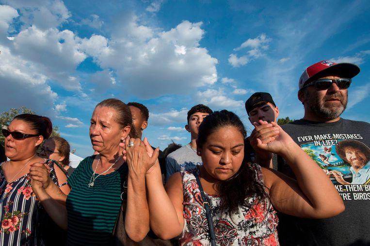 Mensen herdenken de schietpartij in El Paso. De schutter kondigde zijn bloedbad aan op internetforum 8chan.  Beeld AFP