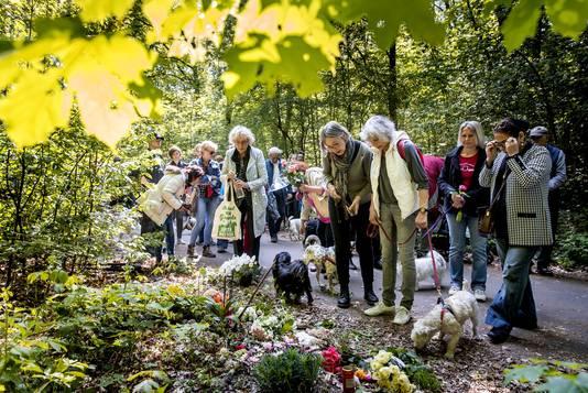 Hondenbezitters liepen mee met de stille tocht ter nagedachtenis aan de omgekomen vrouw uit Scheveningen