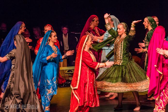 De dansers van Ralda bekwamen zich niet alleen in het traditionele Nederlandse klompendansen, maar ook in internationale volksdansen.
