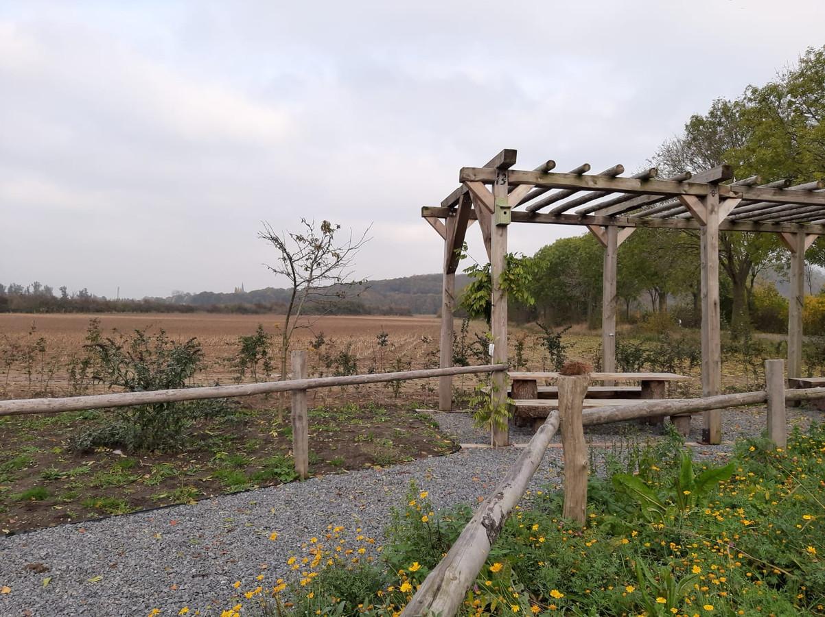 De pergola met picknickbankjes