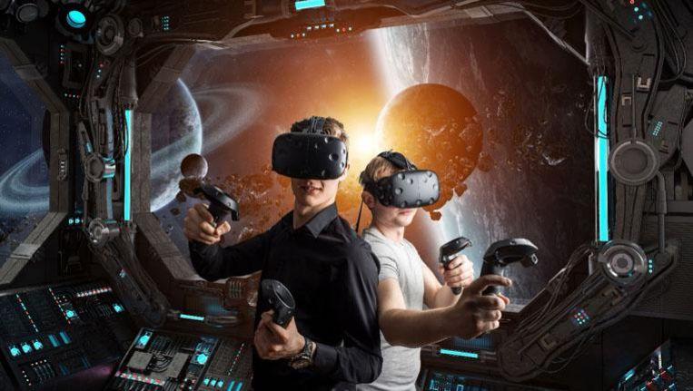 Een van de games in virtual reality, met op de achtergrond het beeld dat de spelers zien.