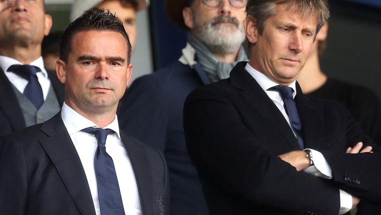 Van der Sar (rechts) naast Marc Overmars op de tribune tijdens het gewonnen competitieduel met Heerenveen dit weekend. Beeld Proshots