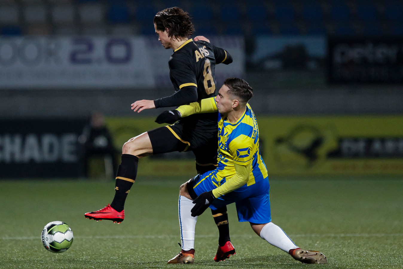 Viktor Karl Einarsson van Jong AZ is RKC'er Ozan Kokcu te snel af.