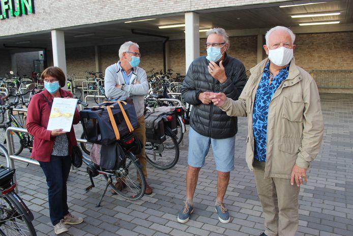 Enkele buurtbewoners van de zijstraten van de Zuidmoerstraat kwamen de petitie afgeven aan het stadsbestuur van Eeklo.
