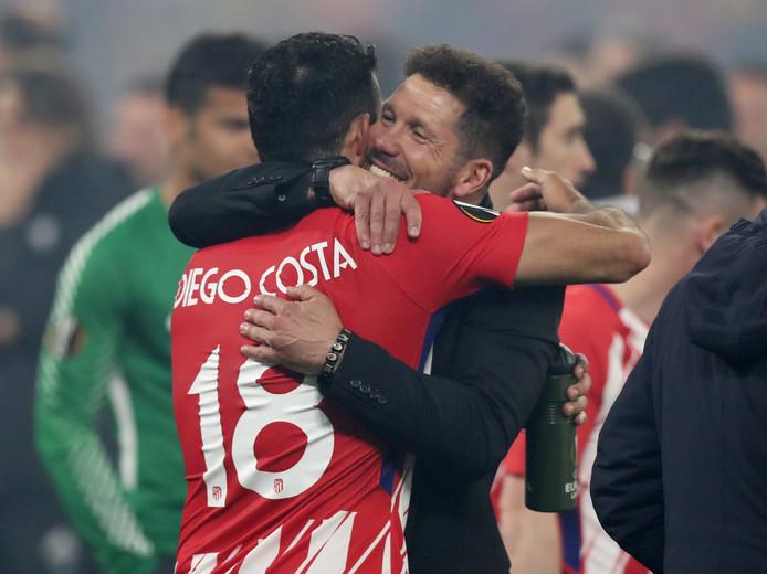 Diego Simeone geeft Diego Costa een knuffel.