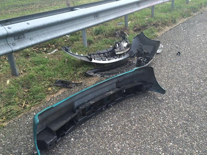 Op de A58 liggen de nodige brokstukken na het ongeval.