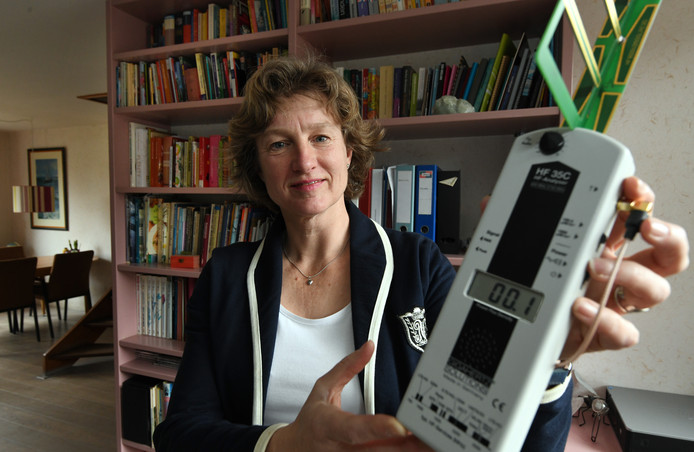 Carolien Schooneveld meet nauwelijks straling in haar huiskamer.