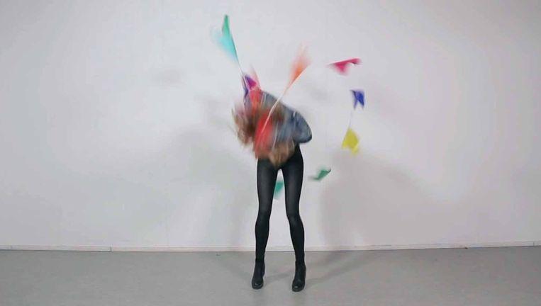 In haar video Skip probeert Esmée van den Akker touwtje te springen met een vlaggetjesslinger. Struikelend, stoethaspelend, minutenlang. Beeld Esmée van den Akker