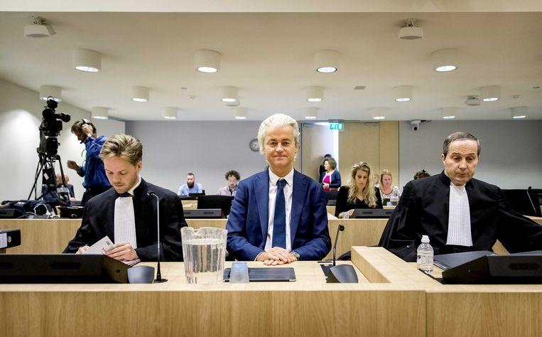 PVV leider Geert Wilders en advocaat Gert-Jan Knoops (R) voorafgaand aan de voortzetting van het hoger beroep in de strafzaak tegen de PVV-leider. De rechtbank bevond de PVV-voorman eerder schuldig aan groepsbelediging en het aanzetten tot discriminatie van Marokkanen, maar legde hem geen straf op.