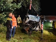 Auto verwoest na botsing tegen boom in Boxmeer