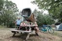 Jan van der Heide, eigenaar van camping Vreehorst ( Links ) met Jurgen en Agnes Hengeveld, Bjorn en Liselore bij één van de Space Cabins van de camping.