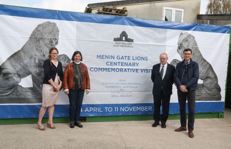 In deze container kwamen de leeuwen aan. Hier op foto met Sarah Camerlynck (CWGC),Barbara Reeve van de Australian War Memorial, Paul Breyne en directeur van Toerisme Ieper