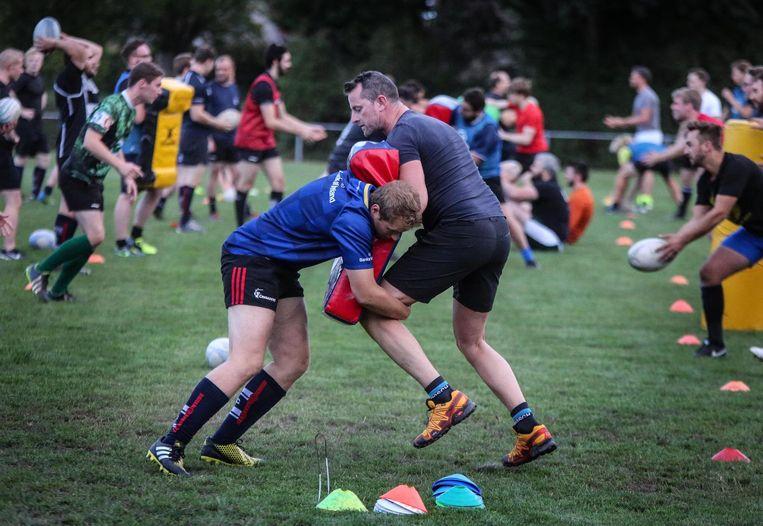 Enkele leden van de rugbyclub tijdens de training van gisterenavond.