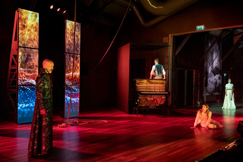 De duivel (Arnout Lems, links), Senta (Elisabeth Hetherington), de Hollander (Martijn Cornet, bij de piano), en een door God gestuurde aartsengel (hoboïste Inge Ariesen).