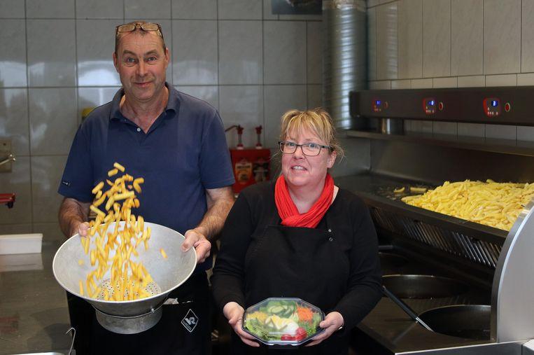 Frituuruitbaters Seppe Van Laer en Ann Bekers leveren vanaf woensdag hun frietjes aan huis.