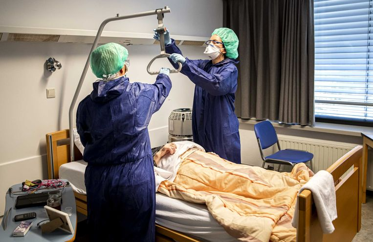 Medewerkers geven zorg aan een coronapatiënt op een speciale cohort-afdeling in het Amphia ziekenhuis in Breda.   Beeld ANP