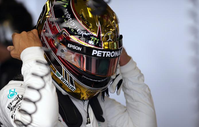 Lewis Hamilton met zijn gouden helm.