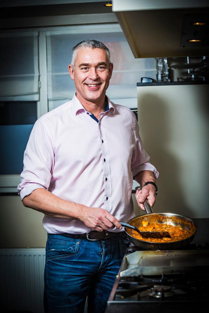 Politiek smaakmaker Marc Merx maakt in de keuken een gerecht waar hij gek op is: Chinese garnalen in een duivels sausje.