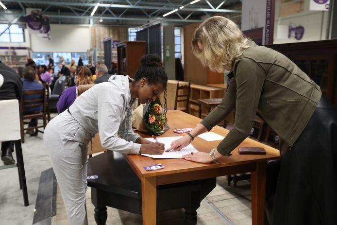 Kisanet Desta zet haar handtekening onder haar eerste (van vele als het aan haar ligt) Nederlandse diploma.