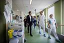Minister-president Mark Rutte op de intensive care-afdeling in ziekenhuis Bernhoven in Uden. Dat ziekenhuis  werd extreem hard geraakt tijdens de eerste golf.