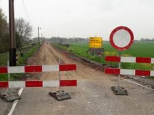 Splinternieuw asfalt van Culemborgse Diefdijk verwijderd
