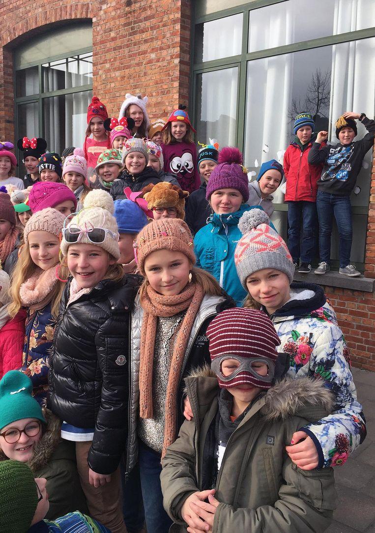 Een verzameling bonte mutsen was te zien in de school.