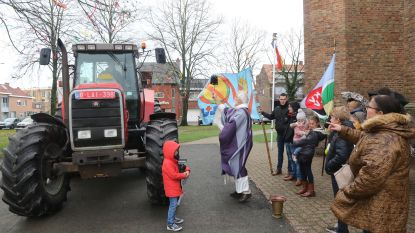 Priester zegent tractors