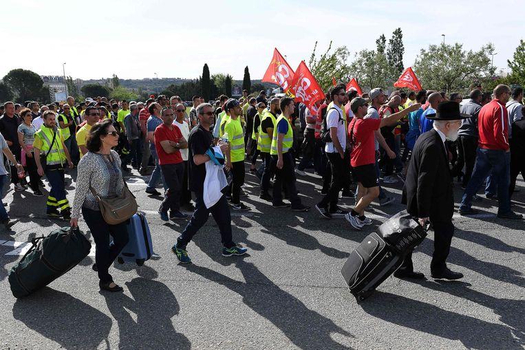 Duizenden leden van de vakbond CGT demonstreren nabij het vliegveld van Marseille. Beeld afp