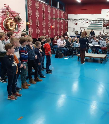 Harmonie Kunst en Eer neemt jeugd aan het handje met muzieklessen: 'Fantastisch hoe enthousiast kinderen aan de slag gaan'