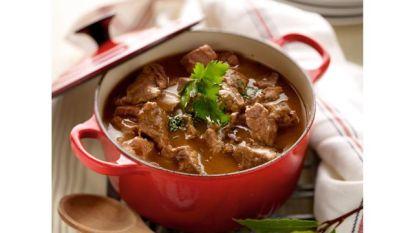 Burgemeester serveert stoofvlees op Diner-Dansant