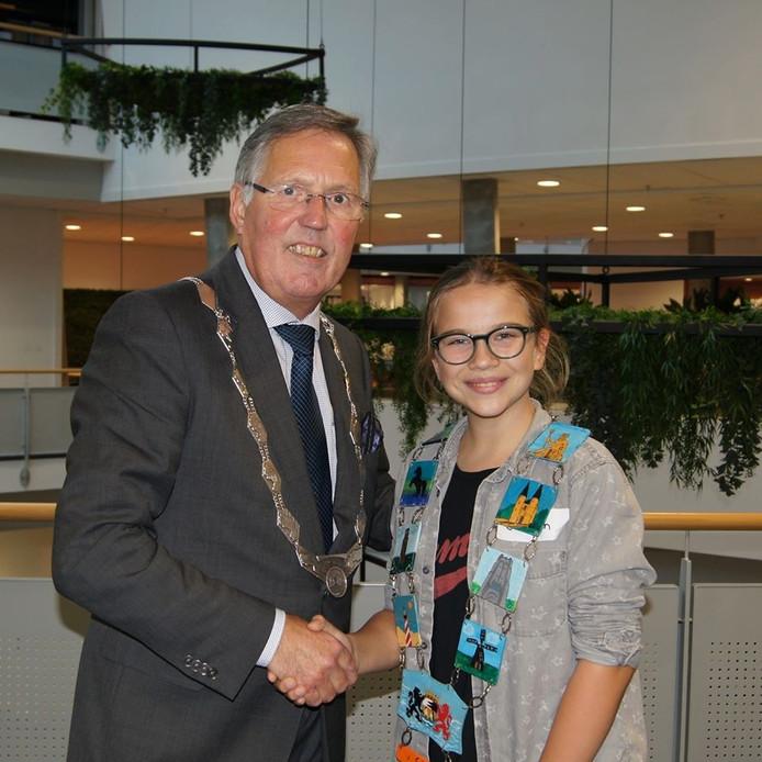 Kinderburgemeester Josefien van der Meer, kort na haar verkiezing in november 2019, met 'collega' Gerard Rabelink.