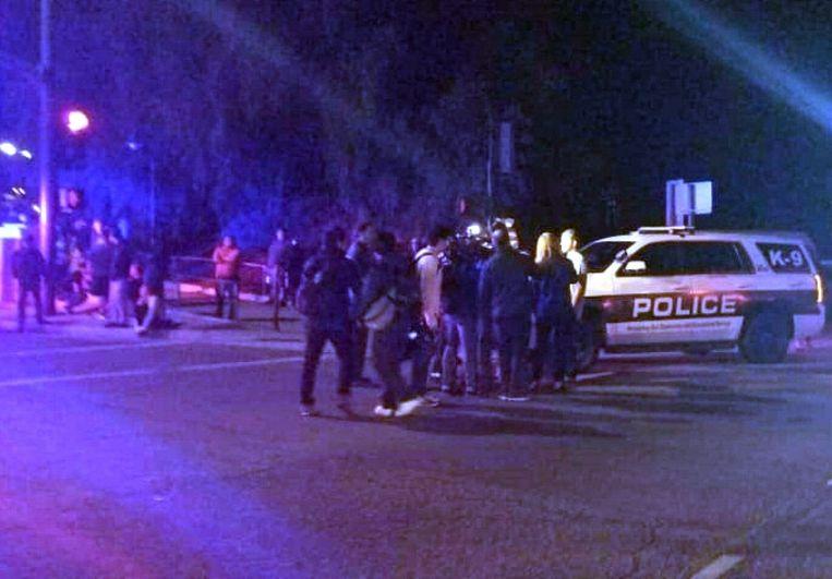 Politieauto's vlakbij de Borderline-bar waar een schutter plotseling binnenliep en een bloedbad aanrichtte.  Beeld AFP