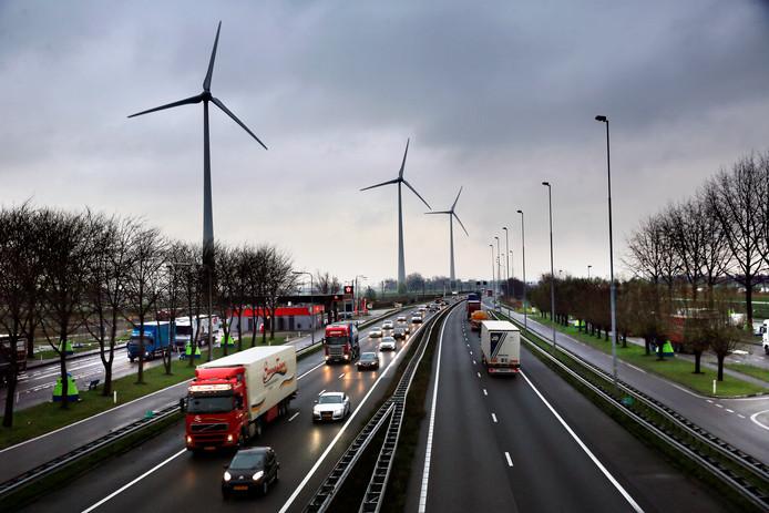 Foto ter illustratie. Drie windmolens langs de A15, ter hoogte van Boven Hardinxveld.