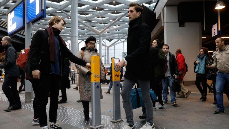 Studenten checken in en uit op station Den Haag Centraal. Beeld anp