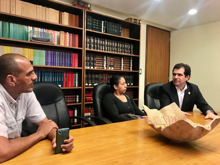 Alfred Romero ontvangt ouders voor juridische bijstand. Beeld Marjolein van de Water