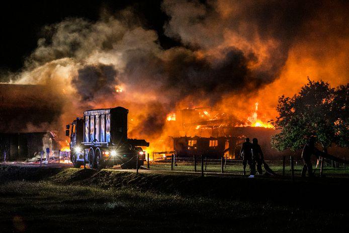 De allesverwoestende brand in Almen die vannacht een monumentale boerderij in de as legde.