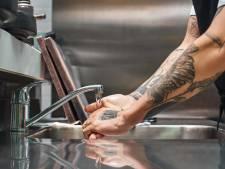 Le serveur jette de l'eau brûlante sur une cliente qui refusait ses avances