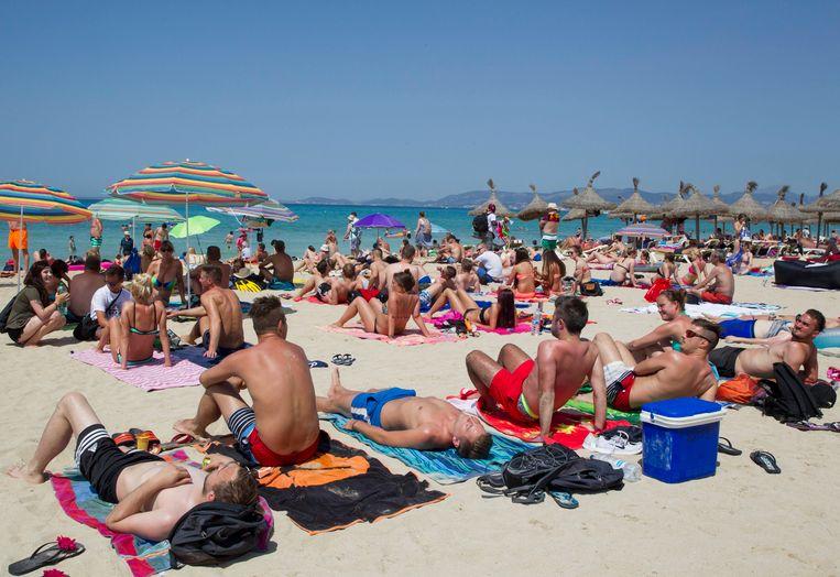 Zonnebaders op het strand van Palma (Mallorca).