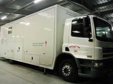 Man die Nederland moet verlaten weet hangend onder een bus uit detentiecentrum te ontsnappen