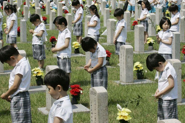 Zuid-Koreaanse kleuters bidden voor gesneuvelde soldaten in de Koreaoorlog (1950-1953), in 2009. (AP) Beeld